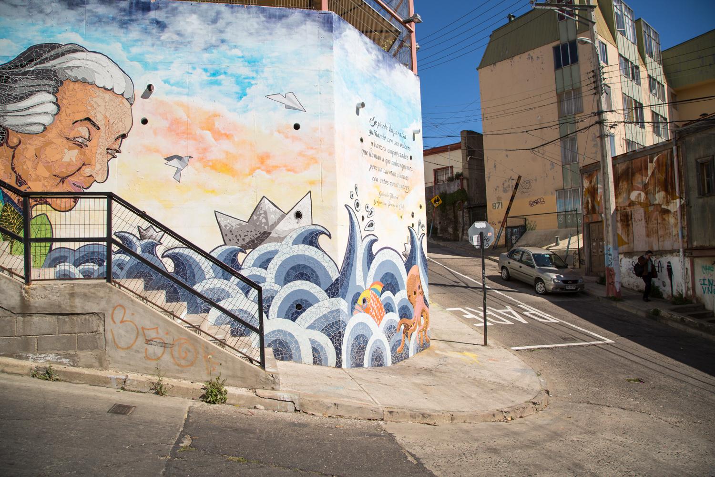 Une murale représentant une femme âgée à Valparaíso au Chili.