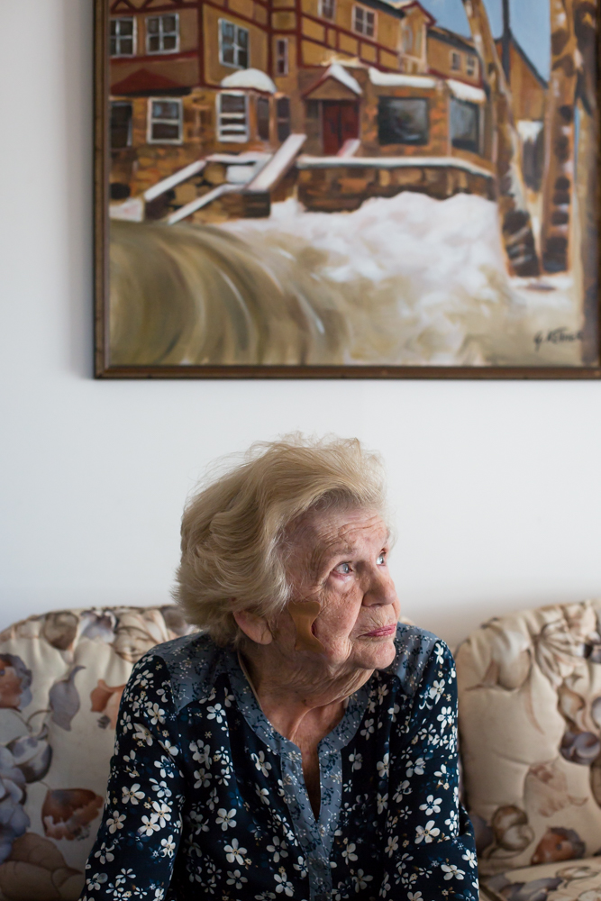 Vera Reiner est plongée dans ses pensées dans le salon familial des Kellner.